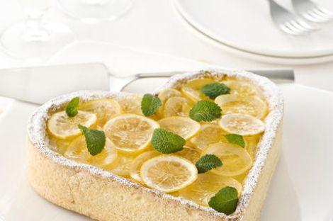 piatto-pronto-torta-forma-di-cuore-menta-foglie-limoni-fette-paletta-per-dolci-tovaglietta-gialla-san-valentino_dettaglio_ricette_slider_grande3